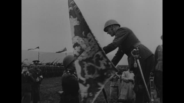 vídeos de stock e filmes b-roll de czechoslovakian soldier passing flag to another soldier / line of soldiers at attention / various shots czechoslovakian soldiers marching / note:... - república checa