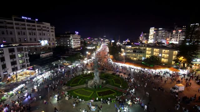da lat market night skyline night view with lights attracts thousands of people walking along the road - mercato all'aperto video stock e b–roll
