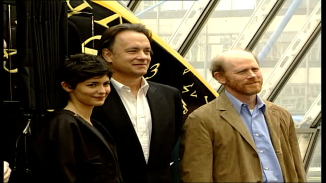 stockvideo's en b-roll-footage met 'da vinci code' stars set off for cannes film premiere england london waterloo station int tom hanks with audrey tautou and ron howard posing for... - the da vinci code