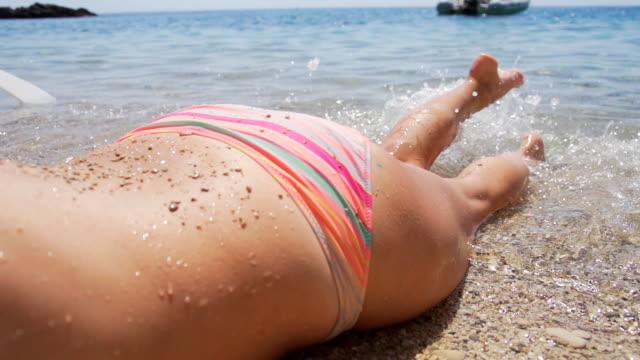 hd 超低速の月: dabbling 彼女の足を水 - adults only videos点の映像素材/bロール