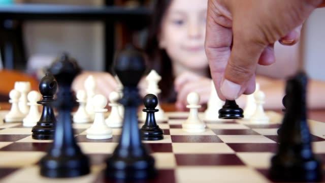 お父さんと娘はチェスをしています - 余暇 ゲームナイト点の映像素材/bロール