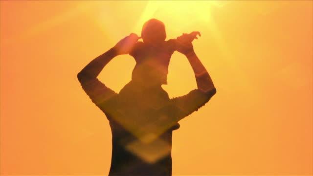 vídeos de stock, filmes e b-roll de pai e filho gold (hd - filho