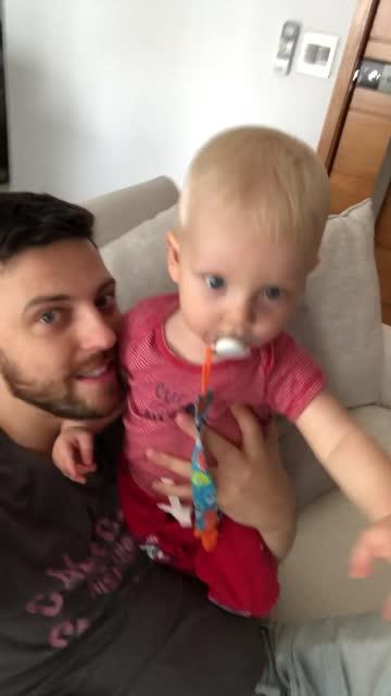 pappa och son på ett videosamtal hemma - pojkbaby bildbanksvideor och videomaterial från bakom kulisserna