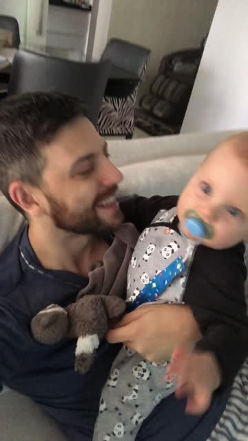 stockvideo's en b-roll-footage met papa en zoon op een videovraag thuis - bewegend beeld