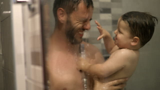 dad bathing toddler son - taking a bath stock videos & royalty-free footage