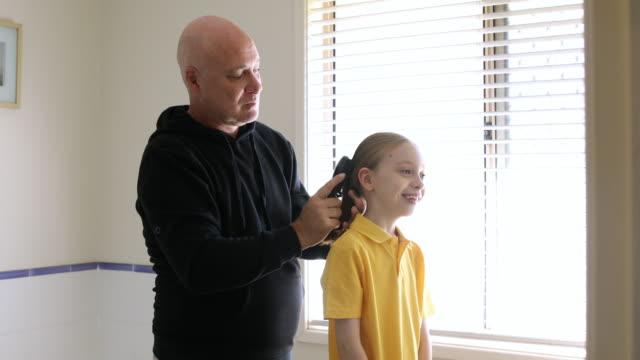 vídeos y material grabado en eventos de stock de papá cepillando el cabello de la hija - padre soltero