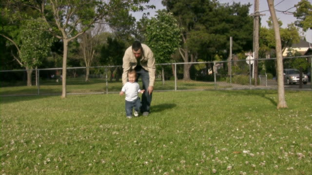 stockvideo's en b-roll-footage met dad chasing son v.3 (hd) - genderblend