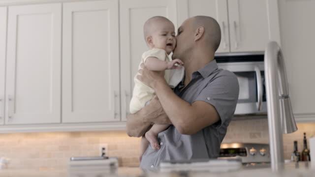 vídeos y material grabado en eventos de stock de dad comforting and bottle feeding baby. - lavabo pila