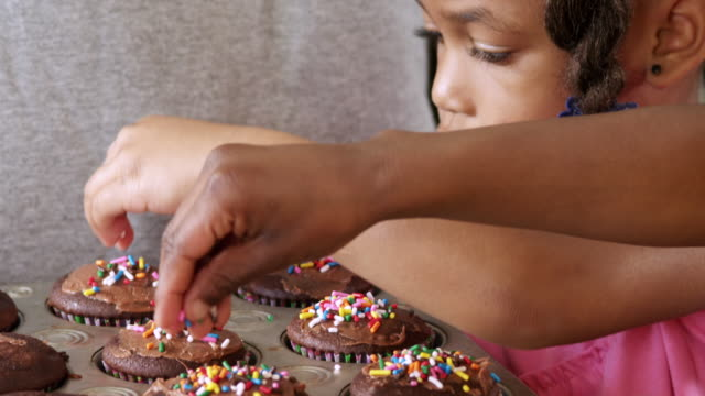 cu tu td dad daughter and son frosting and sprinkling cupcake / dallas, texas, usa - haarzopf stock-videos und b-roll-filmmaterial