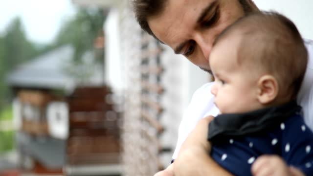 vidéos et rushes de papa, embrasser et baiser son bébé - genderblend