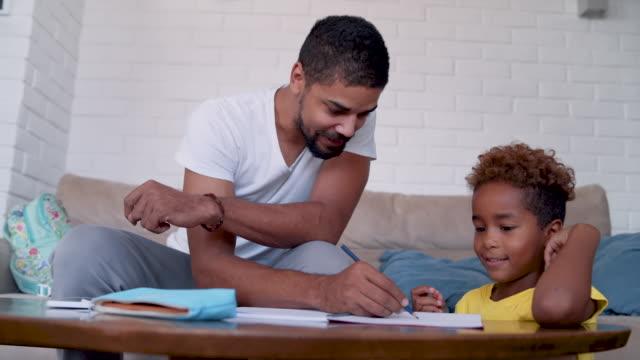 vidéos et rushes de papa aide sa fille à la fin des devoirs - genderblend