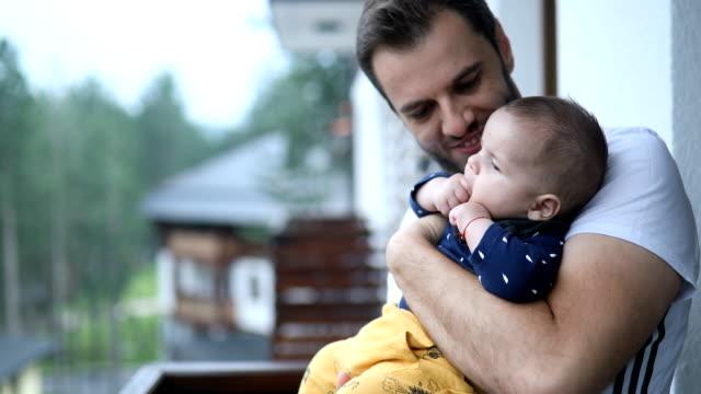 vidéos et rushes de papa s'embrasser son petit garçon de bébé - genderblend
