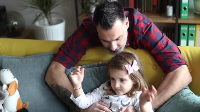 vídeos de stock e filmes b-roll de dad playing with his little daughter - masculinidade moderna