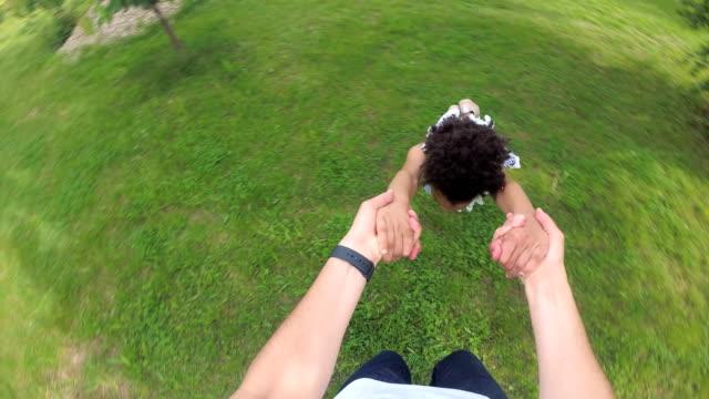 papa spinning kleines mädchen in der luft - bewegungsunschärfe stock-videos und b-roll-filmmaterial
