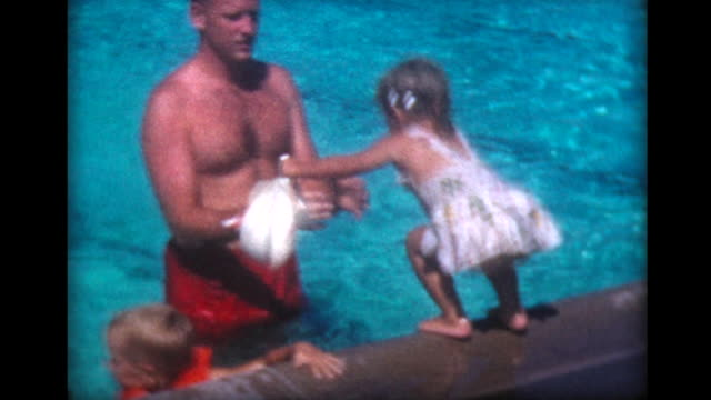 vídeos y material grabado en eventos de stock de 1959 dad teaches daughter to jump into pool - vídeo casero