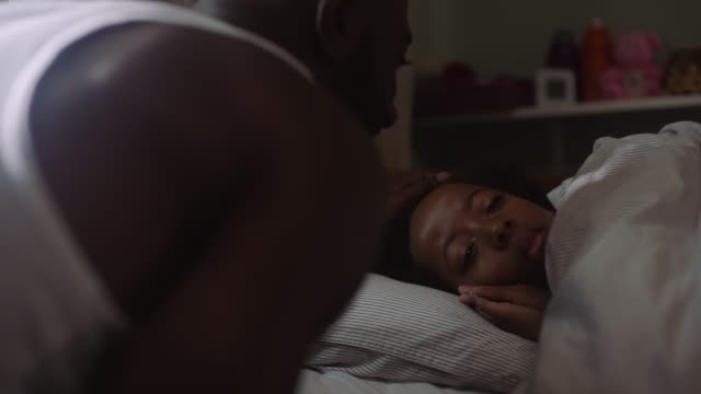 vidéos et rushes de dad waking up son in the morning - famille monoparentale