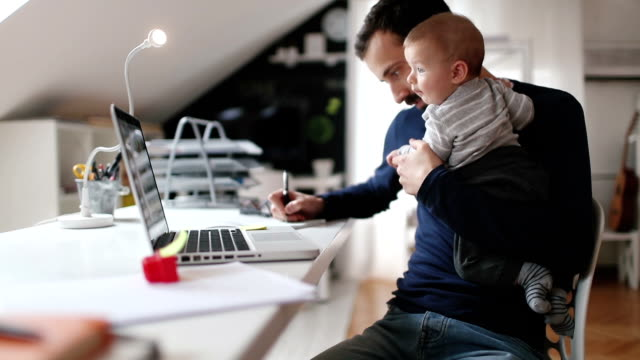 papà che lavorano da casa - laptop video stock e b–roll