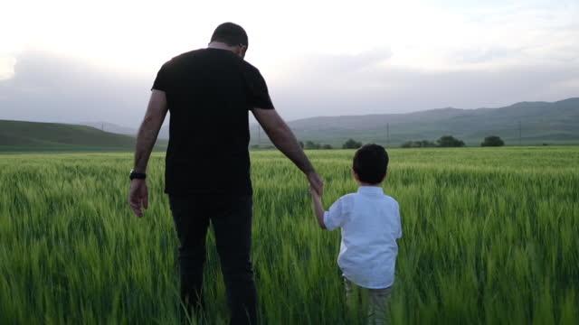 vídeos de stock e filmes b-roll de daddy and me - religião