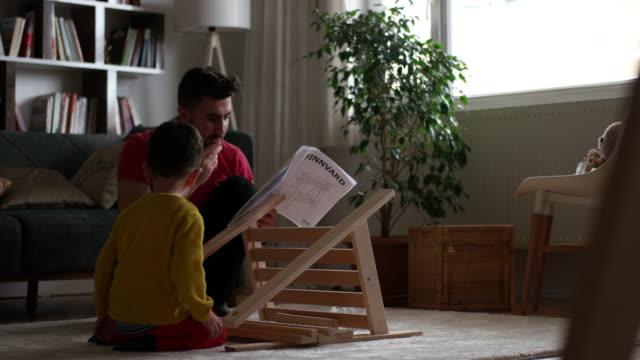vidéos et rushes de la petite aide de papa - mécanicien