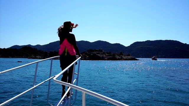vídeos de stock, filmes e b-roll de passeio de barco diariamente. - só mulheres maduras