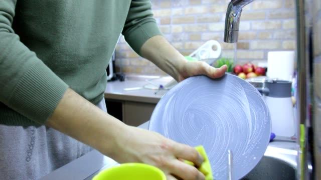 daily kitchen routine - piatto stoviglie video stock e b–roll