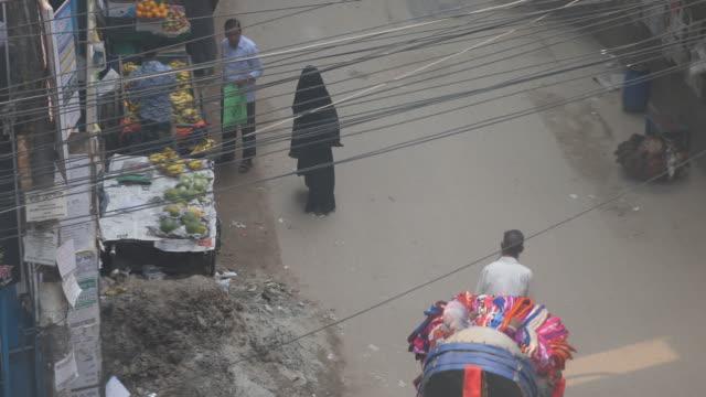 vidéos et rushes de daily life in dhaka in bangladesh - vêtement religieux