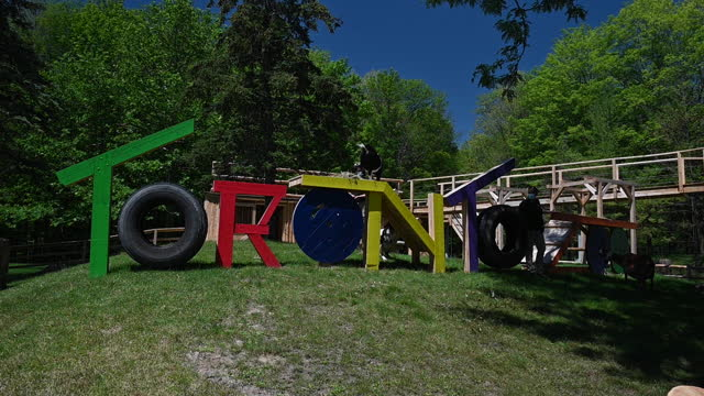 vidéos et rushes de daily life in toronto as ontario reopens, in toronto, ontario, canada on saturday, june 19, 2021. ontario is now allowing limited outdoor dining and... - non urban scene