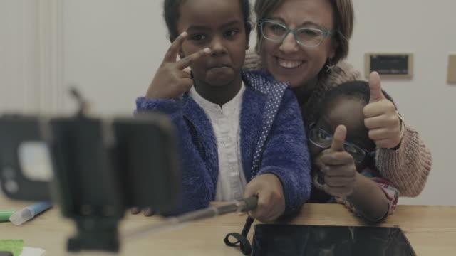 毎日の生活の小人:セルフィースティック、母 - 義母点の映像素材/bロール
