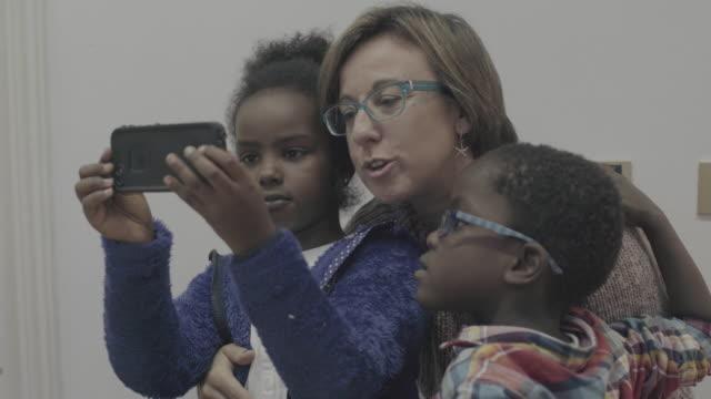 毎日の生活の小人:セルフィー、母 - 義母点の映像素材/bロール