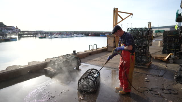 vídeos y material grabado en eventos de stock de daily life of fishermen in the harbor in scarborough, north yorkshire, uk on tuesday, june 2, 2020.an - scarborough reino unido