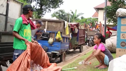 daily life of indonesian siti fatimah , a girl who was born and has been raised in a family of scavengers in jakarta, indonesia. jakarta-based siti... - scavenging stock videos & royalty-free footage
