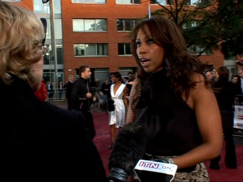 stockvideo's en b-roll-footage met daily mirror pride of britain awards 2007 arrivals and interviews england london trisha goddard poses for press photographers as arriving/ lesley... - lesley garrett