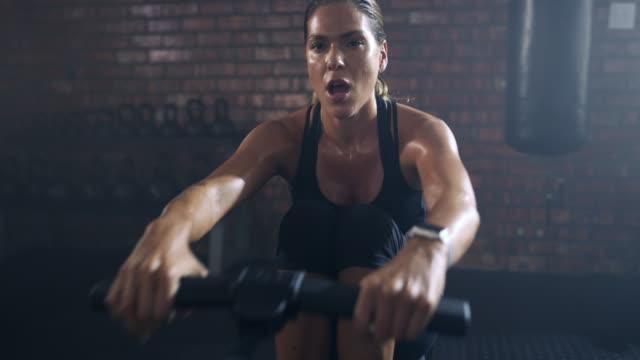 tägliche bewegung schafft bessere gesundheit - fitnesseinrichtung stock-videos und b-roll-filmmaterial