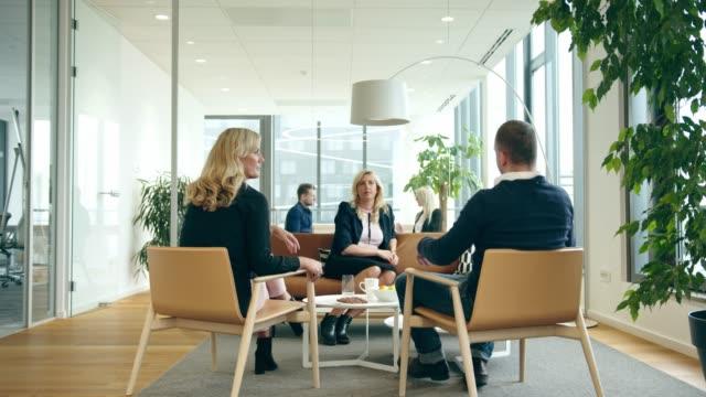 会議でいっぱいの日常のオフィス生活 - フリーアドレス点の映像素材/bロール