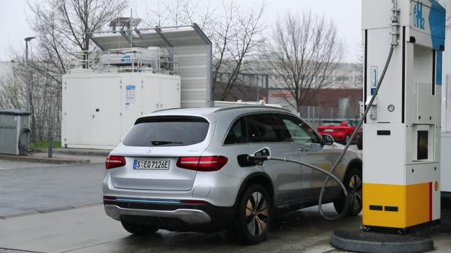 vídeos de stock e filmes b-roll de daimler glc f-cell at a hydrogen fuel pump on the forecourt of a royal dutch shell plc gas station in sindelfingen, baden-wurttemberg, germany, on... - gas station