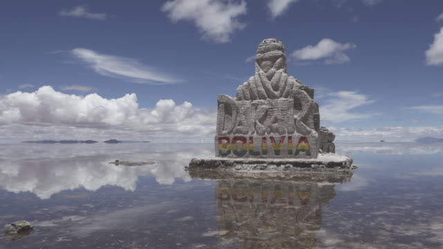 stockvideo's en b-roll-footage met dakar sculpture in uyuni - bolivia