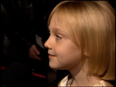 stockvideo's en b-roll-footage met dakota fanning at the 'i am sam' premiere at academy of motion picture arts & sciences in beverly hills, california on december 3, 2001. - première