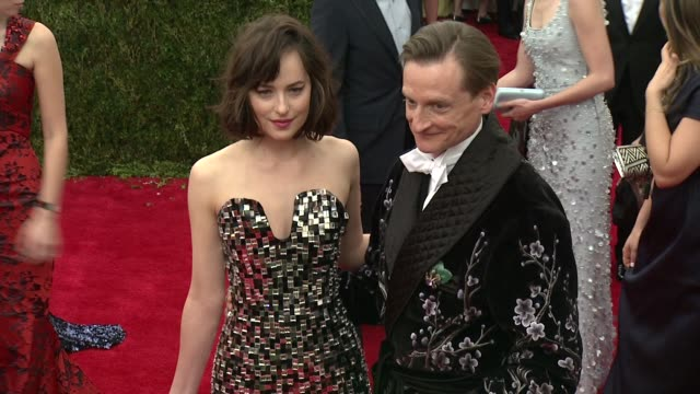 vídeos de stock e filmes b-roll de dakota johnson and hamish bowles at china through the looking glass costume institute benefit gala arrivals at metropolitan museum of art on may 04... - 2015