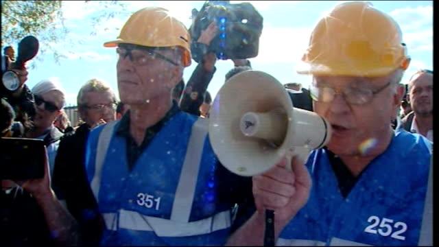 dale farm travellers' site eviction: council staff arrive; england: essex: basildon: dale farm: ext basildon concil agent speaking through megaphone... - major road stock-videos und b-roll-filmmaterial