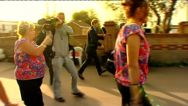 dale farm travellers' site eviction: further delay as high court considers eviction decision; england: essex: crays hill: dale farm: ext protester... - basildon stock-videos und b-roll-filmmaterial