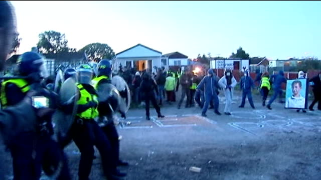 dale farm travellers' site evictions bailiffs move in england essex crays hill dale farm ext riot police with batons and shields move towards group... - デールファーム点の映像素材/bロール