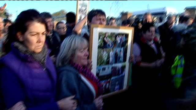 dale farm travellers' site evictions travellers leave site england essex dale farm ext crowd of dale farm activists leaving site and back view group... - デールファーム点の映像素材/bロール