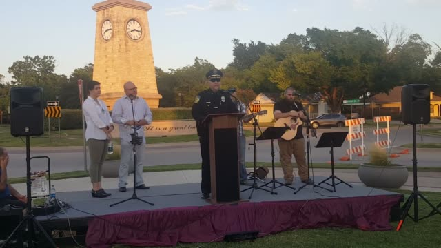 vidéos et rushes de dallas area rapid transit deputy chief and former rowlett tx police chief matt walling speaks at tonight's prayer vigil for police in front of... - rapid city