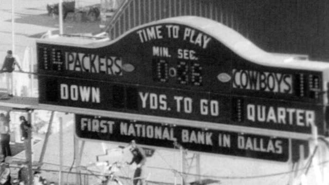 vidéos et rushes de dallas cowboys play green bay packers in cotton bowl / kick off / during the game announcer mentions: bart starr, carroll dale, boyd dowler, mike... - nfc