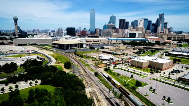 vidéos et rushes de dallas texas skyline cityscape avec des voies ferrées menant à la grande ville - low angle view