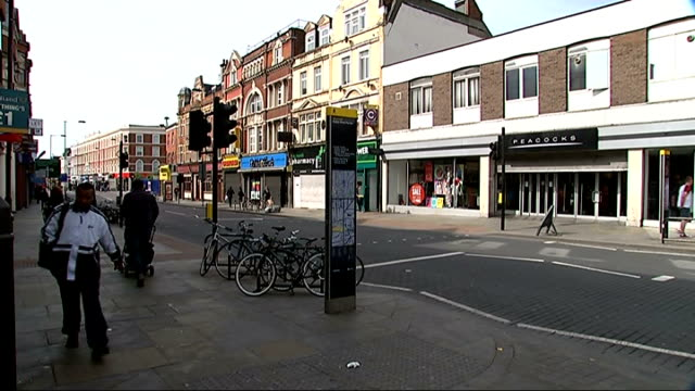 vídeos de stock e filmes b-roll de dalston high street general views england london hackney dalston ext 'kingsland high street' sign / traffic along road / 'ridley road' sign / people... - road junction