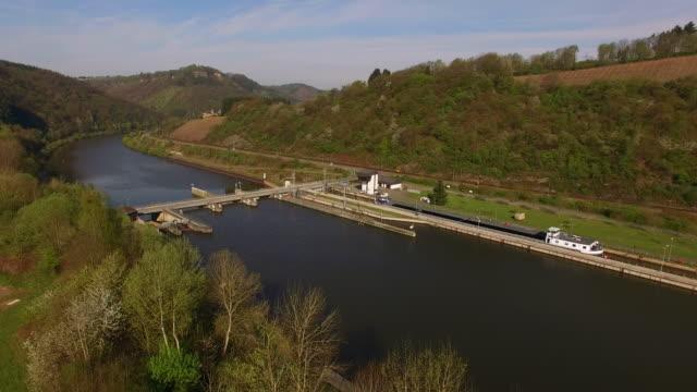 dam and lock of saar river near serrig, rhineland-palatinate, germany - chiusa di fiume video stock e b–roll