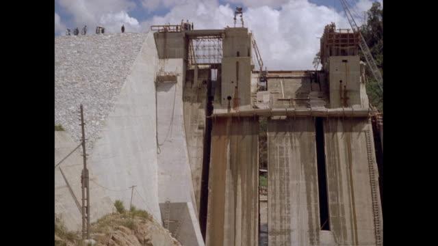 vidéos et rushes de montage dam building in malaysia - béton