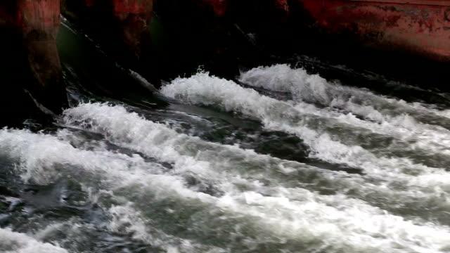 stockvideo's en b-roll-footage met dam close up - spring flowing water