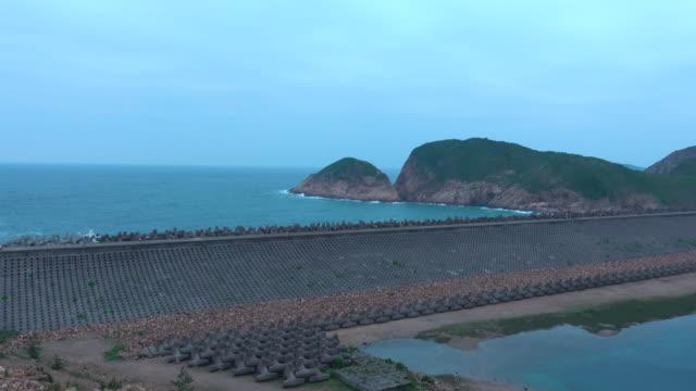 staudamm des high island reservoirs in hongkong - stausee stock-videos und b-roll-filmmaterial